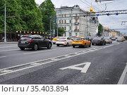 Москва, выделенная полоса для общественного транспорта на Проспекте Мира (2018 год). Редакционное фото, фотограф Dmitry29 / Фотобанк Лори