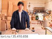 Junger Mann macht Handwerker Ausbildung zum Schreiner in der Tischlerei... Стоковое фото, фотограф Zoonar.com/Robert Kneschke / age Fotostock / Фотобанк Лори