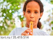 Mädchen übt das Flöte spielen im Musikunterricht im Ferienlager oder... Стоковое фото, фотограф Zoonar.com/Robert Kneschke / age Fotostock / Фотобанк Лори