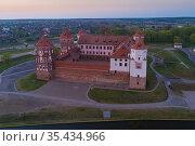 Вид сверху на Мирский замок апрельским вечером. Мир, Белоруссия (2019 год). Стоковое фото, фотограф Виктор Карасев / Фотобанк Лори