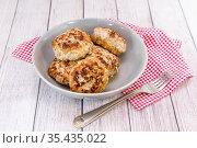Несколько сочных мясных котлет для семейного ужина на столе. Стоковое фото, фотограф Наталья Осипова / Фотобанк Лори