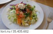 Light vegetable salad of fresh lettuce leaves, tomato, corn, onion, grated carrots and parsley with cottage cheese. Стоковое видео, видеограф Яков Филимонов / Фотобанк Лори