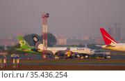 Aircraft parked at the airport. Редакционное видео, видеограф Игорь Жоров / Фотобанк Лори