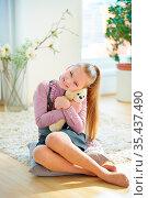 Mädchen kuschelt mit ihrem Kuscheltier zu Hause. Стоковое фото, фотограф Zoonar.com/Robert Kneschke / age Fotostock / Фотобанк Лори