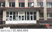 Вход в государственное городское поликлиническое отделение. Редакционное видео, видеограф Кекяляйнен Андрей / Фотобанк Лори