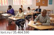 Students listening task for exam in the classroom. Стоковое видео, видеограф Яков Филимонов / Фотобанк Лори