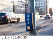Push button to cross the street with driving cars. Стоковое фото, фотограф Кекяляйнен Андрей / Фотобанк Лори
