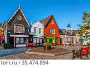 Small square with bright colored houses in Kinsale, Ireland. Стоковое фото, фотограф Zoonar.com/Boris Breytman / easy Fotostock / Фотобанк Лори