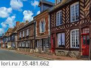 Street with historical half-timbered houses in Beuvron-en-Auge, France. Стоковое фото, фотограф Zoonar.com/Boris Breytman / easy Fotostock / Фотобанк Лори