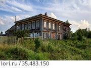 Старинный деревянный жилой дом с резным фасадом. Поселок Висим, Средний Урал, Свердловская область. Стоковое фото, фотограф Bala-Kate / Фотобанк Лори
