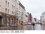 Ordinary people are on Grosse Strasse, Flensburg (2017 год). Редакционное фото, фотограф EugeneSergeev / Фотобанк Лори