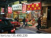 Hong Kong, China. Night shopping scene in Wing Lok Street, Sheung... (2012 год). Редакционное фото, фотограф Ken Welsh / age Fotostock / Фотобанк Лори
