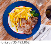 Roasted boneless pork chop with crispy fried potatoes. Стоковое фото, фотограф Яков Филимонов / Фотобанк Лори