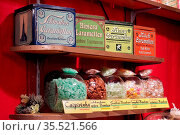 Weihnachtsmarkt, Bonbon, Blechdosen, Стоковое фото, фотограф Zoonar.com/H Landshoeft / easy Fotostock / Фотобанк Лори