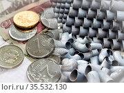 Металлические стальные детали на фоне денег . Концепция инвестирования в  производство . Стоковое фото, фотограф Сергеев Валерий / Фотобанк Лори