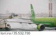De-icing the aircraft before departure. Редакционное видео, видеограф Игорь Жоров / Фотобанк Лори