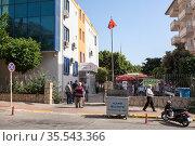 Вход в здание бюро регистрации земельных участков в городе Алания, Турция. Редакционное фото, фотограф Кекяляйнен Андрей / Фотобанк Лори