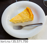Slice of homemade cheesecake. Стоковое фото, фотограф Яков Филимонов / Фотобанк Лори