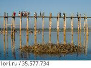 Туристы на мосту  У-Бейн солнечным вечером. Амарапура, Мьянма (Бирма) (2016 год). Редакционное фото, фотограф Виктор Карасев / Фотобанк Лори