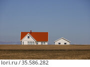 Visingso, Sweden A lone house on a desolate landscape. Стоковое фото, фотограф A. Farnsworth / age Fotostock / Фотобанк Лори