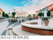 Vilnius, Lithuania. The Marble Fountain And View Of Didzioji Street... Стоковое фото, фотограф Ryhor Bruyeu / easy Fotostock / Фотобанк Лори