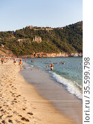 People resting on the Kleopatra beach. It is sandy beach close to mountain with the Alanya castle. Alanya, Turkey. Редакционное фото, фотограф Кекяляйнен Андрей / Фотобанк Лори