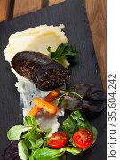 Black pudding served with mashed potatoes. Стоковое фото, фотограф Яков Филимонов / Фотобанк Лори