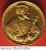 Charles V depicted on a gold coin. (Carlos I, Carlos V or 'Carlos... Редакционное фото, агентство World History Archive / Фотобанк Лори