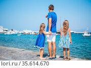 Family having fun outdoors on Mykonos island. Стоковое фото, фотограф Дмитрий Травников / Фотобанк Лори