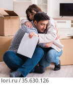 Young couple receiving foreclosure notice letter. Стоковое фото, фотограф Elnur / Фотобанк Лори