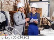 Designer explaining builder details. Стоковое фото, фотограф Яков Филимонов / Фотобанк Лори