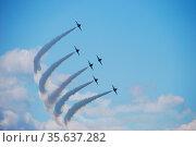 Sechs flugzeuge fliegen in einer kurve und formation bei einer flugshow. Стоковое фото, фотограф Zoonar.com/thomas eder / age Fotostock / Фотобанк Лори