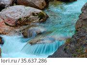 Kaltes blaues fliessendes wasser bei wasserfall in den bergen und... Стоковое фото, фотограф Zoonar.com/thomas eder / age Fotostock / Фотобанк Лори