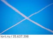 Weisses kreuz am blauen himmel von flugzeug. Стоковое фото, фотограф Zoonar.com/thomas eder / age Fotostock / Фотобанк Лори