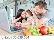 Mutter küsst liebevoll ihren Sohn beim Videochat am Laptop Computer... Стоковое фото, фотограф Zoonar.com/Robert Kneschke / age Fotostock / Фотобанк Лори