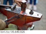 Forging a horseshoe. Стоковое фото, фотограф Zoonar.com/Svetlana / easy Fotostock / Фотобанк Лори