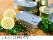 Close up of tin cans. Стоковое фото, фотограф Яков Филимонов / Фотобанк Лори