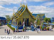 Вид на Убосот буддистского храма Wat Rong Sear Tean (Голубой храм) солнечным днем. Чианг Рай, Таиланд (2018 год). Редакционное фото, фотограф Виктор Карасев / Фотобанк Лори