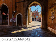 View through the arch to the canal near the largest fish market of Venice (2013 год). Редакционное фото, фотограф Ирина Мойсеева / Фотобанк Лори