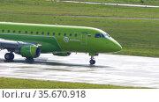 S7 Airlines regional jet taxiing. Редакционное видео, видеограф Игорь Жоров / Фотобанк Лори