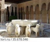 Granada (Spain). Fountain of the Patio de los Leones inside the Nasrid... Стоковое фото, фотограф Rafael Jáuregui / age Fotostock / Фотобанк Лори