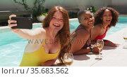 Diverse group of female friends having fun at pool taking selfie. Стоковое видео, агентство Wavebreak Media / Фотобанк Лори