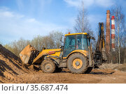 tractor with sand in the bucket on a clear day. Стоковое фото, фотограф Дмитрий Бачтуб / Фотобанк Лори