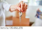 Hand hält Hausschlüssel einer Immobilie als Konzept für Hauskauf ... Стоковое фото, фотограф Zoonar.com/Robert Kneschke / age Fotostock / Фотобанк Лори