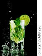 Pouring mojito cocktail. Стоковое фото, фотограф Иван Михайлов / Фотобанк Лори