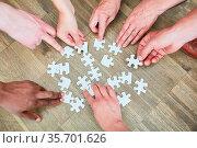 Hände von Leuten mit vielen Puzzleteilen als Konzept für Beschäftigungstherapie. Стоковое фото, фотограф Zoonar.com/Robert Kneschke / age Fotostock / Фотобанк Лори