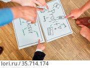 Team sammelt und diskutiert Ideen zur Profit Entwicklung im Brainstorming... Стоковое фото, фотограф Zoonar.com/Robert Kneschke / age Fotostock / Фотобанк Лори