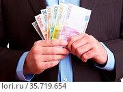 Hände im Business-Anzug halten Euro-Geldscheine. Стоковое фото, фотограф Zoonar.com/Robert Kneschke / age Fotostock / Фотобанк Лори
