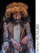 Dani tribe man , Jiwika village, Suroba, Trikora Mountains, West Papua, Indonesia. October 2020. Стоковое фото, фотограф Pete Oxford / Nature Picture Library / Фотобанк Лори