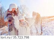 Familie beim Spielen im Winter im Schnee macht eine Schneeballschlacht. Стоковое фото, фотограф Zoonar.com/Robert Kneschke / age Fotostock / Фотобанк Лори